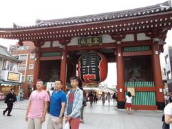 浅草寺前の観光客.JPGのサムネール画像